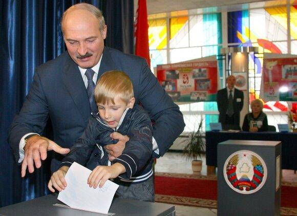 Aliaksandras Lukašenka su sūnumi Nikolajumi 2008 metais