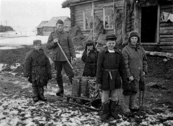 Vokiečių karys ir sovietiniai vaikai