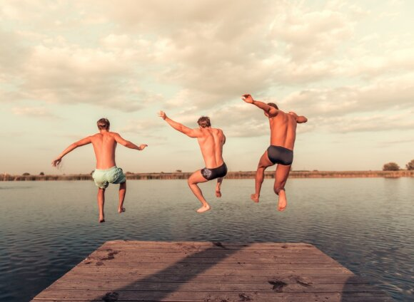 Vyrai ir maudynės ežere