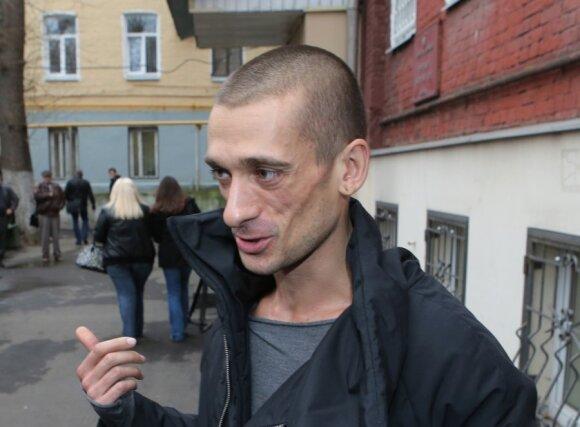 Прибивший мошонку у Кремля художник вышел на свободу