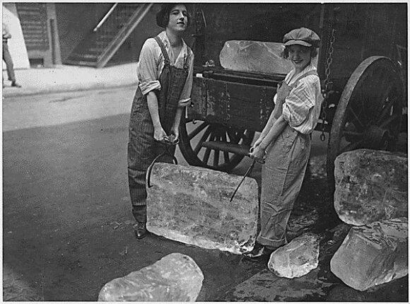 Merginos neša ledą. Šaltinis: Wikimedia Commons.