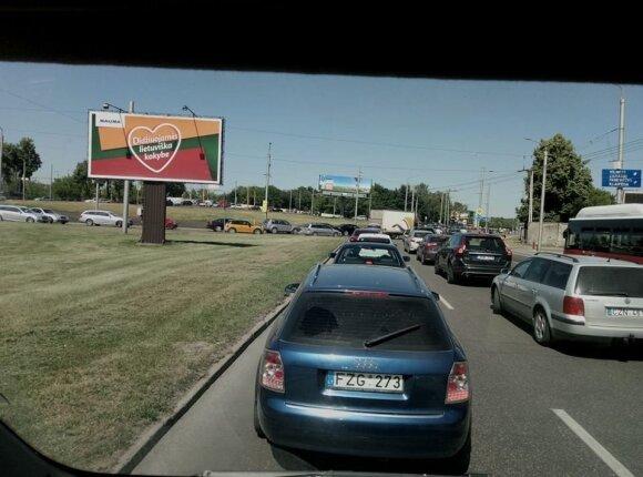 Prieš karštąjį savaitgalį formuojasi spūstys Vilniaus ir Kauno keliuose