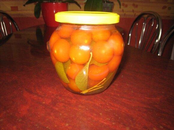 Konservuoti pomidoriukai