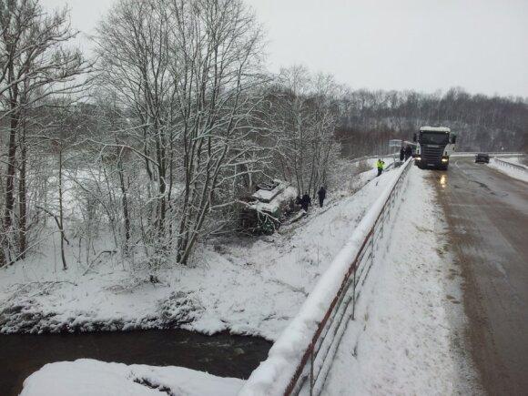 Išlaužęs kelio atitvarus į upės slėnį nugarmėjo pienovežis