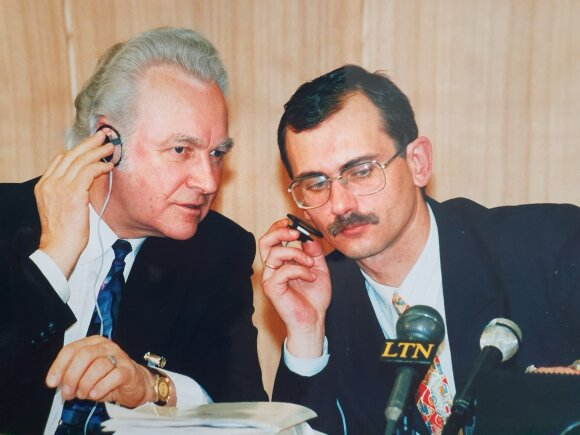 Su būsimu Estijos prezidentu Arnoldu Ruuteliu (kairėje)