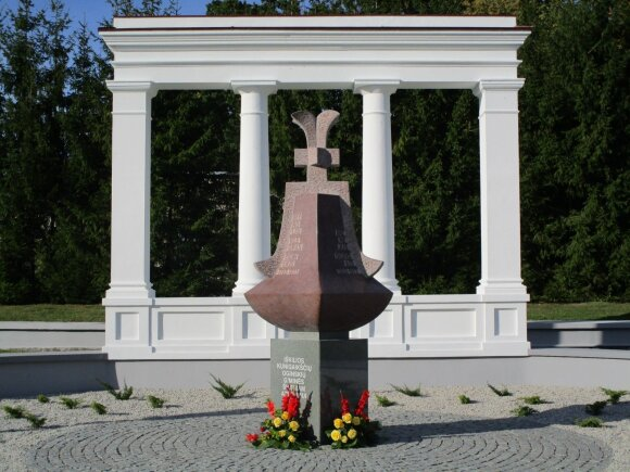 1992 m. atkurta portiko kolonada ir 2015 m. iškilęs paminklas Oginskių giminės atminimui