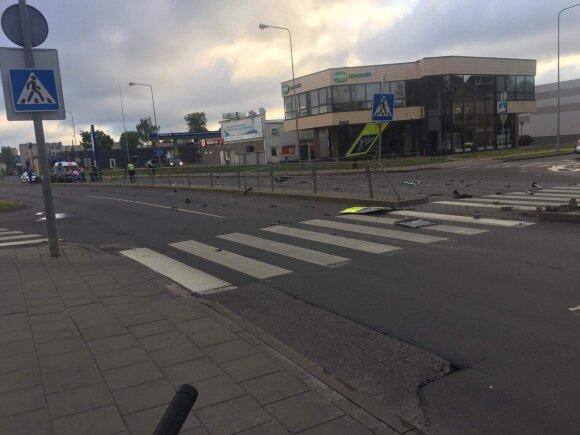 Neblaivus vairuotojas rėžėsi į pėsčiųjų perėjos atitvarus
