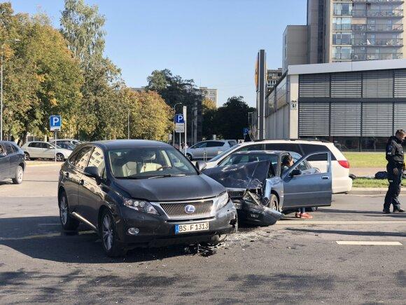 Įvardijo, kokią pagrindinę klaidą sėdėdami prie vairo daro lietuviai