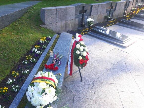 Gėlės prie Sausio 13-osios aukų kapų