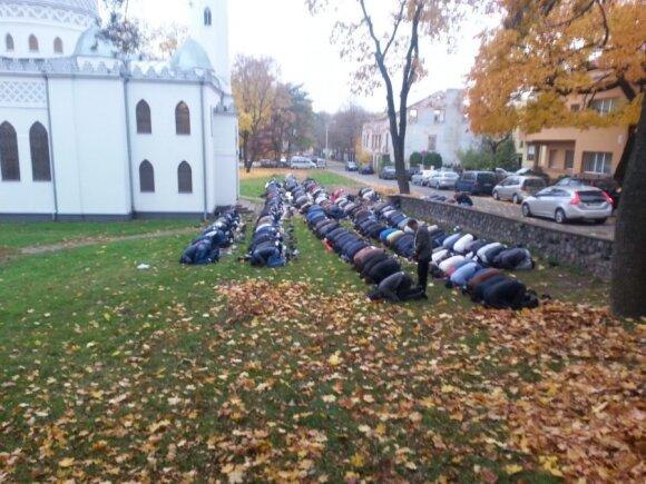 Musulmonų malda prie Kauno mečetės