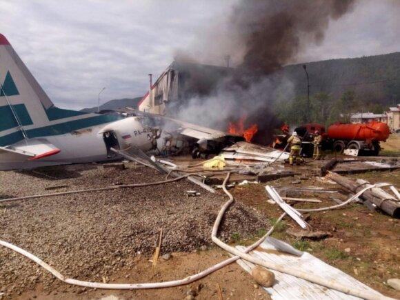 Rusijoje lėktuvas nuriedėjo nuo tako, rėžėsi į pastatą ir užsidegė