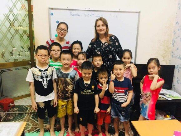 Milda Pasaravičiūtė su savo mokiniais Vietname