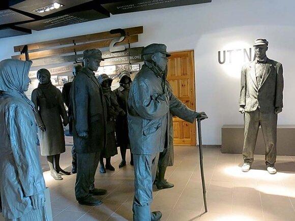 Buvusioje Utenos geležinkelio stotyje įrengtame muziejuje traukinio laukia įspūdingos keleivių skulptūros