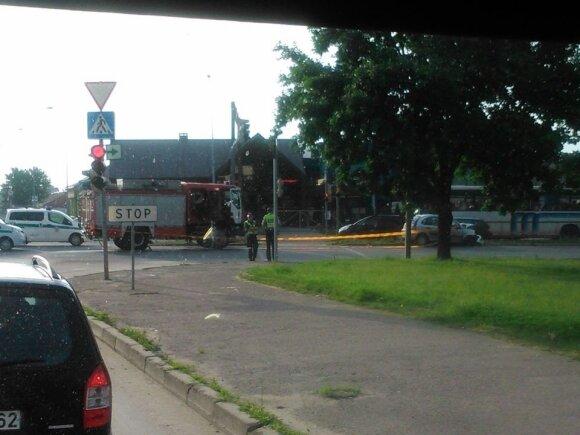 Į gaisrą skubėję ugniagesiai susidūrė su moters automobiliu, ji buvo prispausta