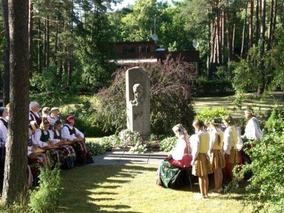 V.Mykolaičio-Putino žmonos K.Mykolaitienės iniciatyva 1981 m. pastatytas skulptoriaus Broniaus Zalenso sukurtas paminklas Kačerginėje