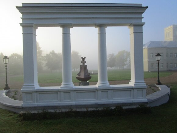 Oginskio rūmų Rietave portiko kolonada ir paminklas M. K. Oginskiui ir jo palikuonims.