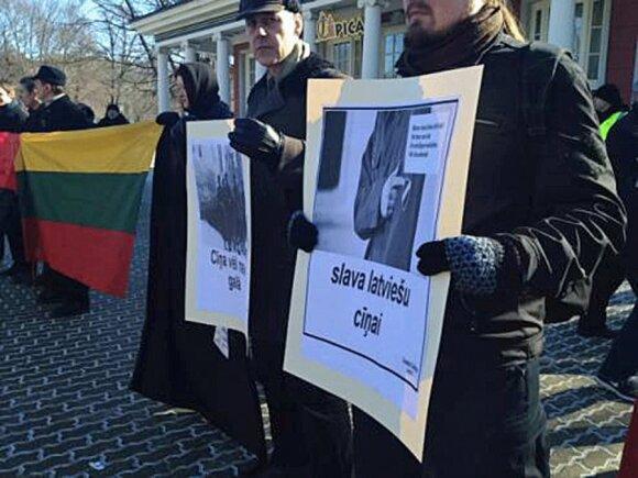 Latvių SS legiono veteranų eitynėse žygiavo J.Panka bei R.Čekutis, A.Paleckis protestavo
