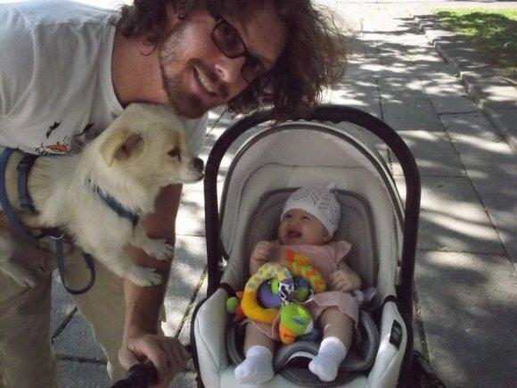 Gintarės ir Marko Canuelių šeima su šuniuku