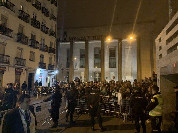 """Būrys """"Žalgirio"""" gerbėjų Madride kantriai laukė prie komandos autobuso, kad galėtų pasveikinti nugalėtojus"""