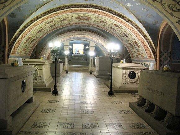 Paulinų vienuolyno komplekso Nusipelniusiųjų kriptoje ilsisi Česlovas Milošas