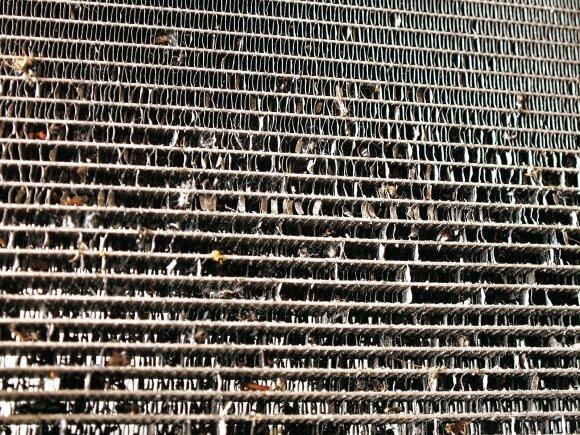 Netvarka ir variklio skyriuje: dėl susikaupusių nešvarumų smarkiai buvo deformuotos  apatinėje aušinimo radiatoriaus dalyje esančios plokštelės