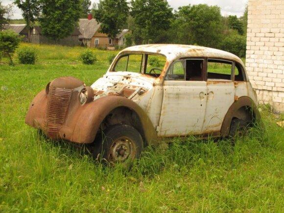 Senas apleistas automobilis