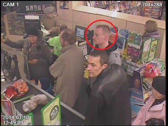 Piniginę pasisavinęs vyriškis užfiksuotas vaizdo kameromis
