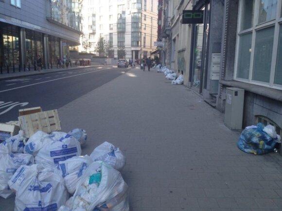 Netoli Europos Parlamento gatvėse mėtosi šiukšlių maišai