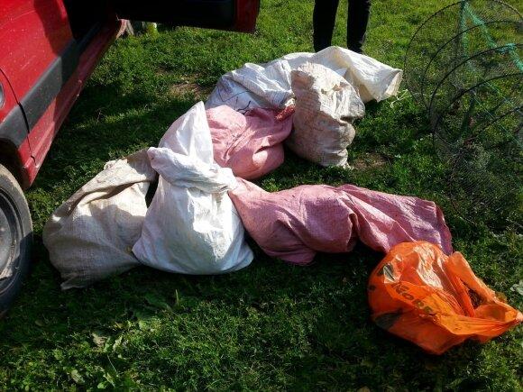 Atlikę kratą aplinkosaugininkai konfiskavo daugybę nelegalių įrankių