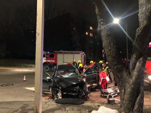 Kaune visureigis rėžėsi į medį, sužalotas vairuotojas buvo prispaustas