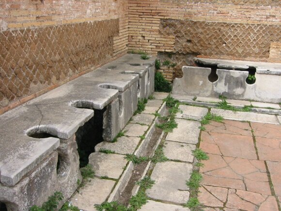 Štai taip atrodo Romos tualetai – skylė priekyje yra skirta tualeto kempinei, o priešais matomas griovelis, kur ją buvo galima nuplauti.