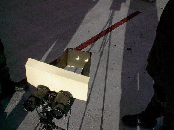 Užtemimo projekcijos stebėjimas per žiūronus