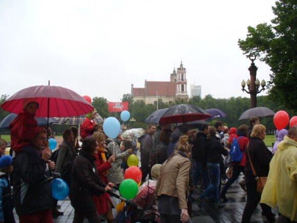 Šeimos žygiavo net per lietų