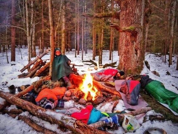 Neeilinę svajonę turintis kaunietis miega miškuose ant sniego ir dieną pradeda šaltu dušu