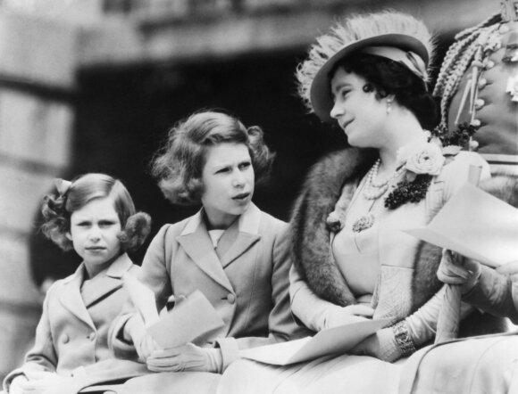 Princesė Margaret su sese ir mama