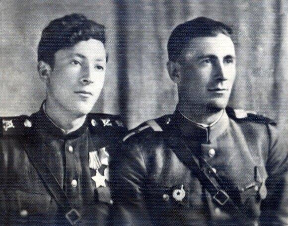 Kavaleristas Jakovas Bunka (kairėje) po Berlyno šturmo su draugu