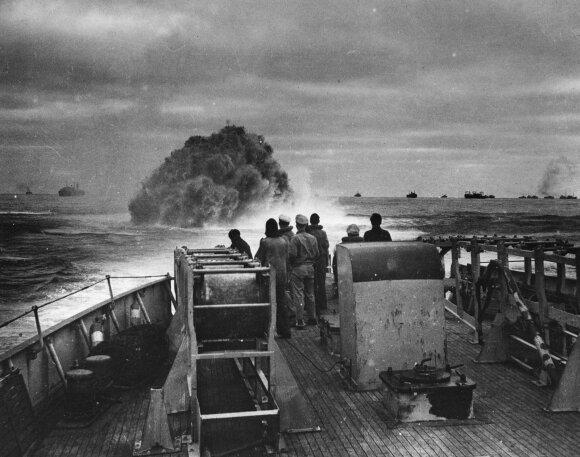 Britų karo laivas giluminėmis bombomis atakuoja spėjamą vokiečių povandenininkų vietą.