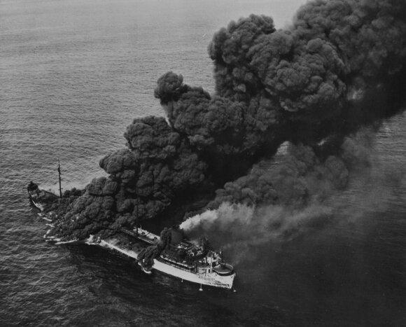 Vokiečių torpeduoto amerikiečių tanklaivio dūmų stulpai.