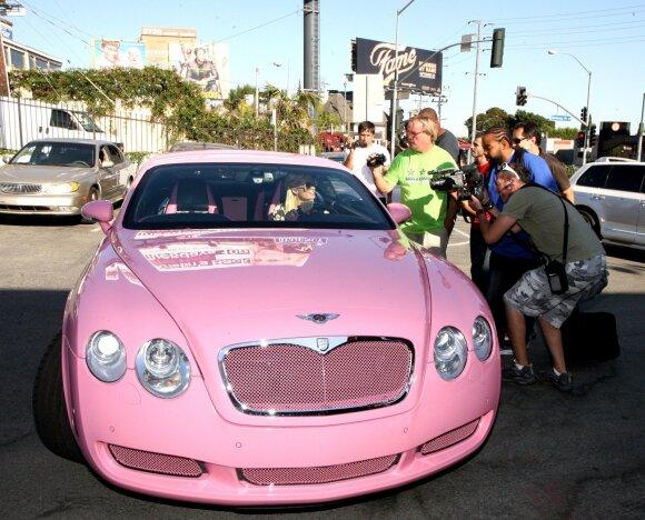 """Paris Hilton vairuoja """"Bentley"""""""