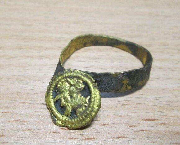 """Prie """"Meridiano"""" skverelio rastas galimai signetinis žiedas // Laisvūno Kavaliausko nuotr."""