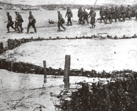 """Raudonarmiečiai eina pro """"išvalytas"""" vokiečių gynybines pozicijas. Latvija. 1944 m. liepa."""