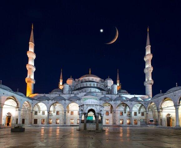Musulmoniškose šalyse Ramadano pabaigą sulig jaunu mėnuliu vainikuoja didžiulė šventė
