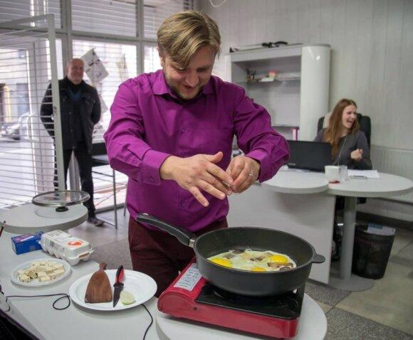 """""""Savaitraščio Kaunui"""" platinimo tarnybos vadovas Valdemaras Jazgevičius kolektyvui vieną dieną paruošė gardžius pusryčius"""