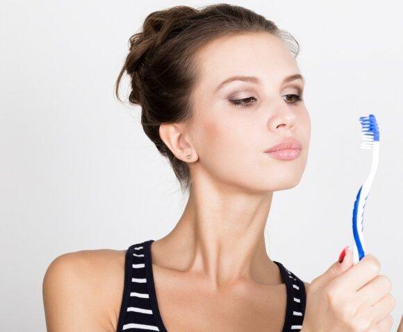 Odontologas atskleidė, kokį svarbų klausimą turite užduoti specialistui prieš atliekant burnos higieną