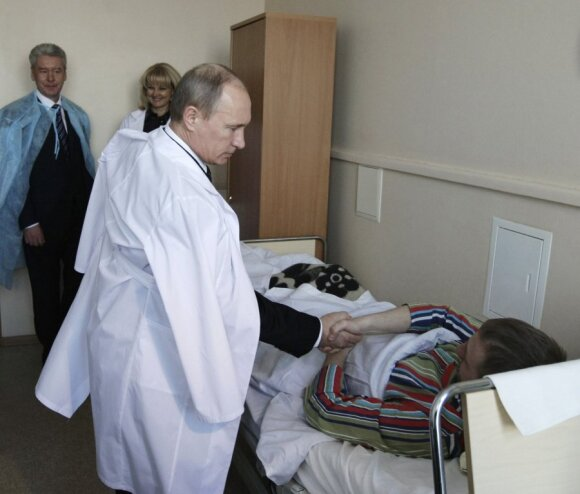 Vladimiras Putinas lanko Domodedovo oro uosto sprogdinimo aukas