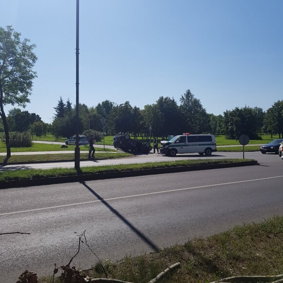 "Policijos automobilio nepraleidusi ""Toyota"" po smūgio virto ant stogo"