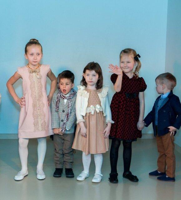 Žinomų šeimų vaikai demonstravo puošnių drabužėlių kolekciją