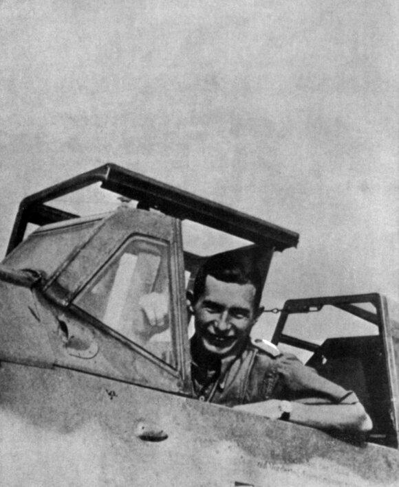 """Knygos autorius P. Hennas """"Messerschmitt Bf 109"""" kabinoje."""