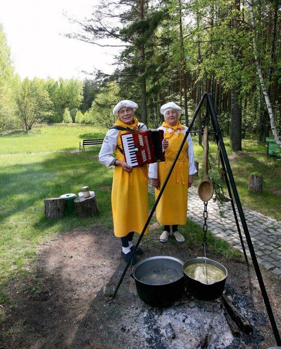 Irena Rimydienė ir Nijolė Petrauskienė Mindūnų žvejybos muziejaus lankytojus vaišina firmine žuviene