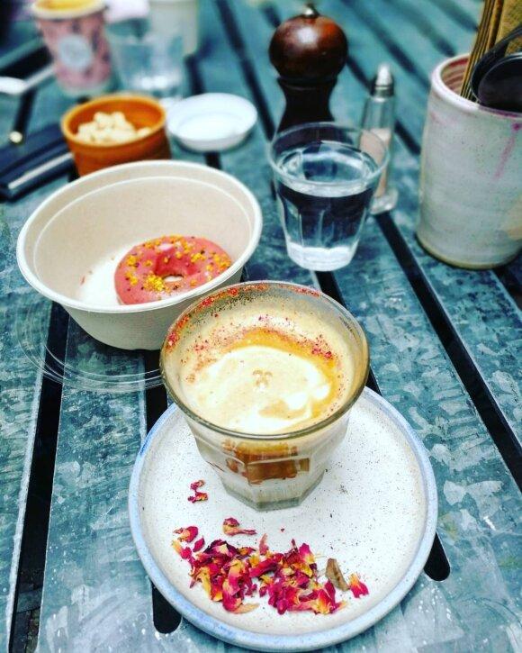 Farm girl rožių kava ir spurga